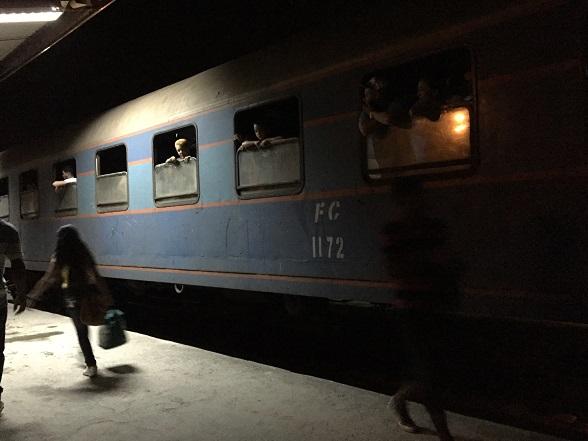インドどころじゃない汚くて薄暗い夜行列車。